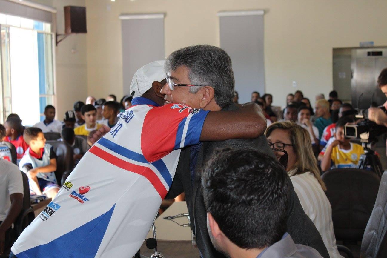 Padre Afonso incentiva projeto que utiliza futebol para promover jovens e adolescentes