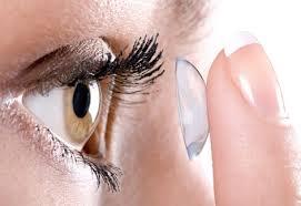 Verão aumenta risco de lentes de contatos