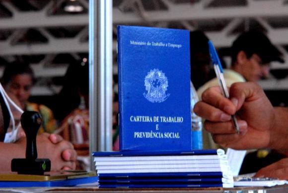 Taxa de desemprego no país fecha 2017 em 12,7%